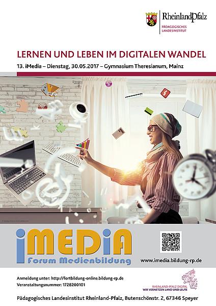 Vorschaubild des Plakats zur iMedia mit dem Thema Lernen und Leben im digitalen Wandel - eine Frau sitzt in einem Raum. Um sie herum schweben ein Laptop, eine Tastatur, eine Tasse Kaffee und weitere Gegenstände und Symbole, die auf das Thema Digitalisierung schließen lassen.