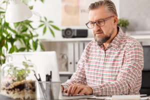 Mann vor PC